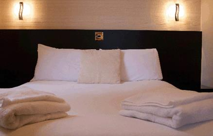 Offering a warm friendly welcome, comfortable accommodation, excellent food whilst overlooking a Victorian boating lake